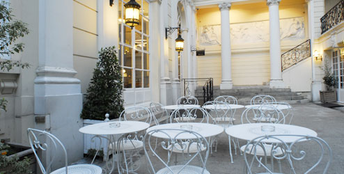 Petite cour privée pour un petit déj au soleil au BVJ CHAMPS-ELYSEES - Auberge de Jeunesse à Paris